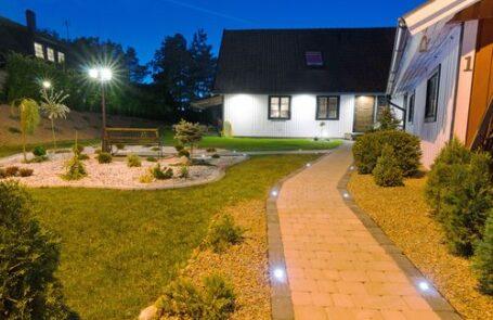 Durchdachte Außenbeleuchtung mit Bodeneinbauleuchten, Wandleuchten und Stehleuchten
