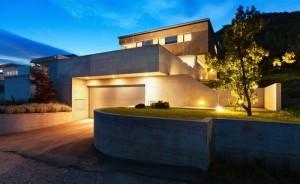 Die stimmige Außenbeleuchtung bezieht alle wesentlichen Bereiche des Grundstücks ein.