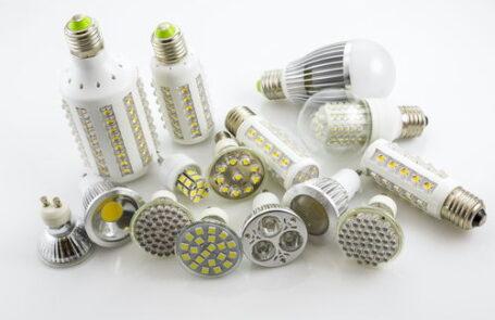Zahlreiche LED-Lampen mit verschiedenen Fassungen