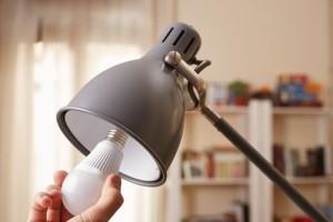 LED-Lampen in vorhandene Leuchten einsetzen © Shutterstock.com/martiapu
