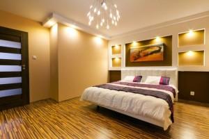Stilvoll arrangierte Innenleuchten im Schlafzimmer