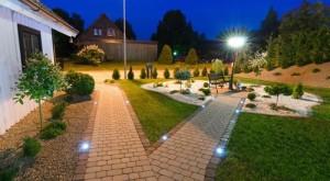 Durch Bodeneinbauspots beleuchtete Gartenwege