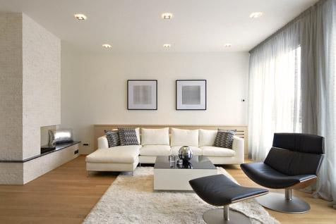 Wohnzimmer in neutralweißem Licht