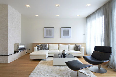 Wohnzimmer in tageslichtweißem Licht