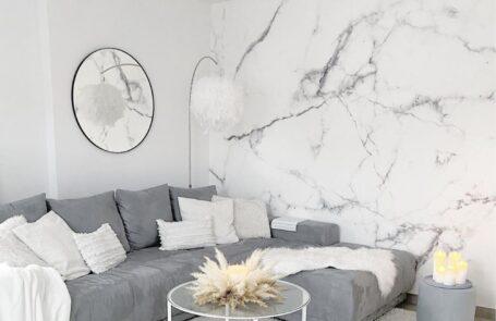 Federlampe Skaulo im Wohnzimmer von Interior-Bloggerin Vivien
